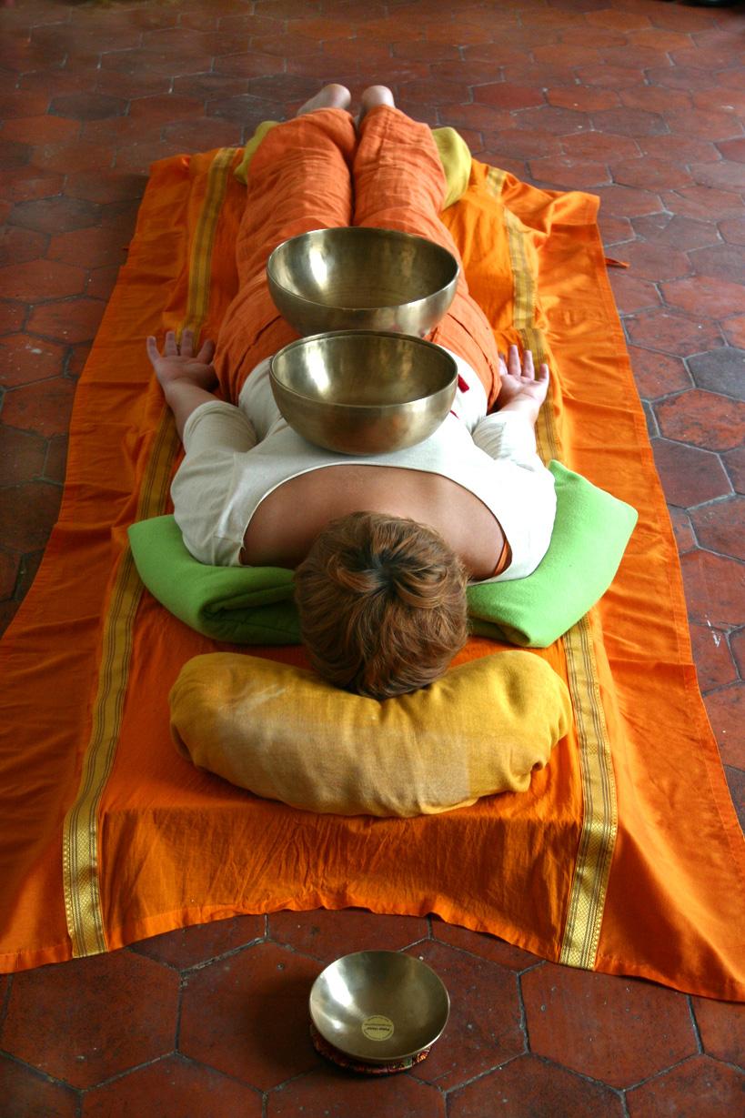 tibetan-sound-massage-peter-hess-singing-bowls-wellness-050_2